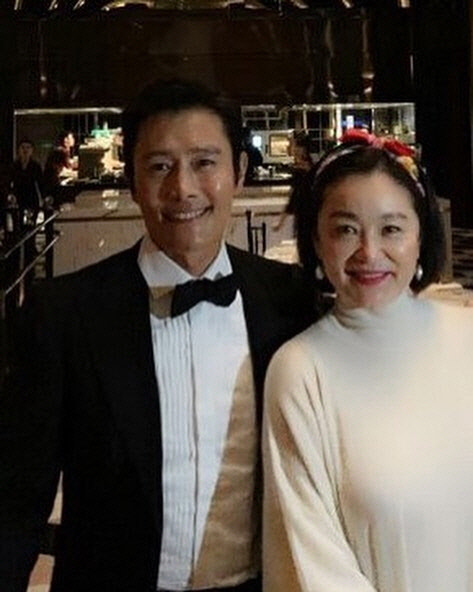 이병헌, 임청하와 '뿌듯' 인증샷…팬·스타의 훈훈한 한 컷